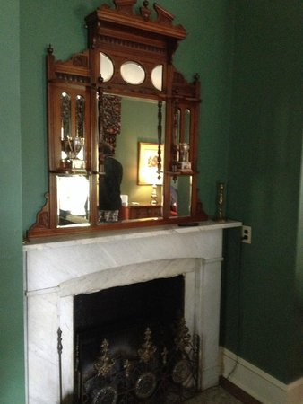 Hamanassett Bed & Breakfast: Fire place in room