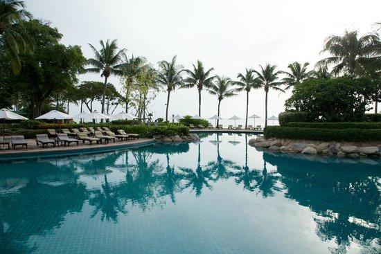 Hyatt Regency Hua Hin : Main swimming pool besides the beach.