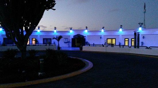Hotel Río Playa Blanca: At night