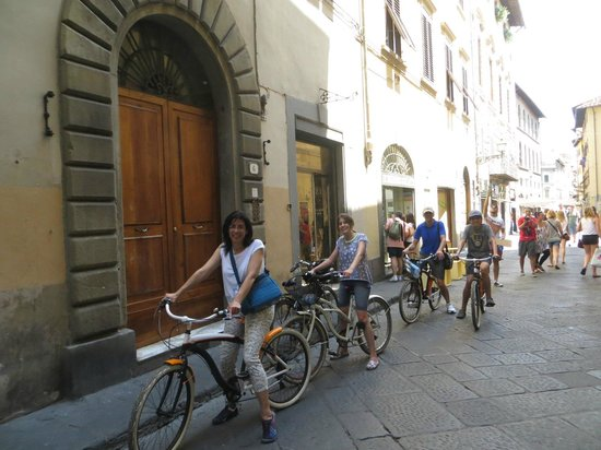 Italy Cruiser Bike Tours: Just outside our gelato stop!