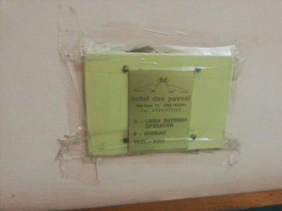 Hotel Due Pavoni: Muro con scotch