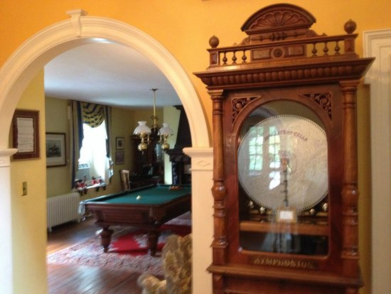 Hamanassett Bed & Breakfast: View of Billiard Room from main hall