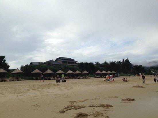 Hilton Sanya Yalong Bay Resort & Spa : вид на отель с пляжа