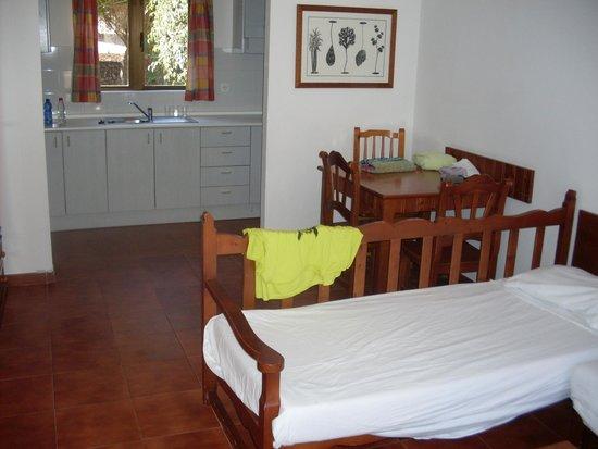 Hotel HL Río Playa Blanca: Kitchen/living area