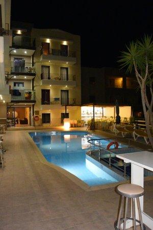 Hotel Manos Maria : coin piscine