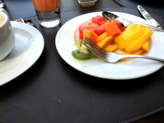 Tulip Inn Rio Copacabana: YUMMY fresh tropical fruit