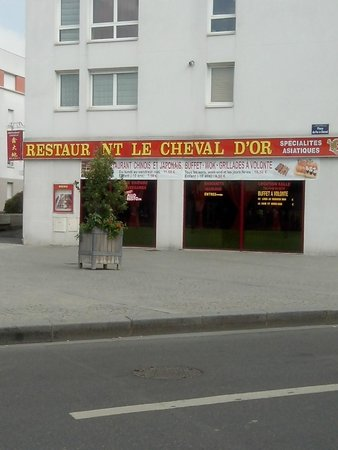 Le Cheval d'Or: Vu de la Place du Fer a Cheval  Orly