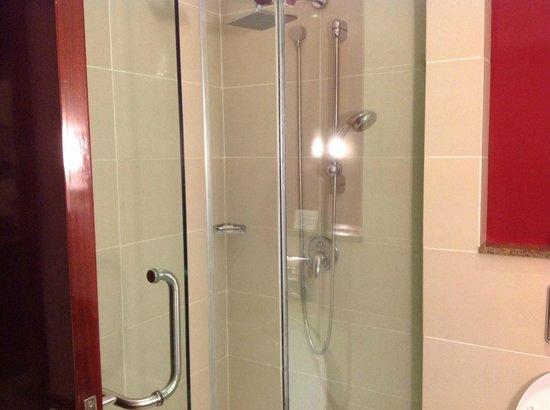 Crowne Plaza Hotel Nairobi: Shower