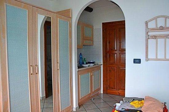 Monolocale. Una veduta dell\'ingresso, con angolo cottura e dell ...