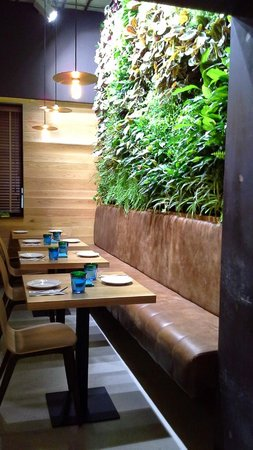 Rinc n del restaurante con jard n vertical fotograf a de - Mamarracha sevilla ...