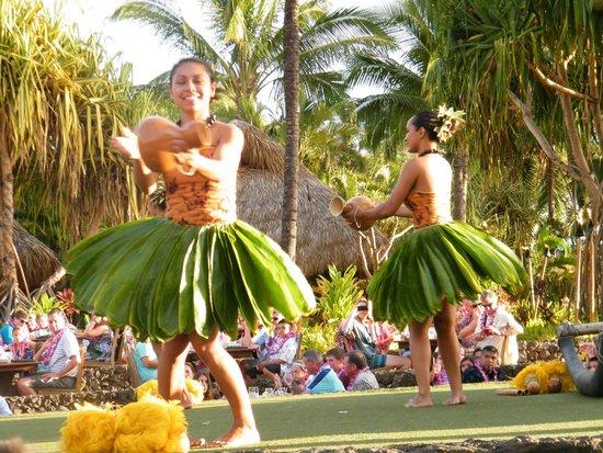 Old Lahaina Luau: Bailes tradicionales con faldas de hojas frescas
