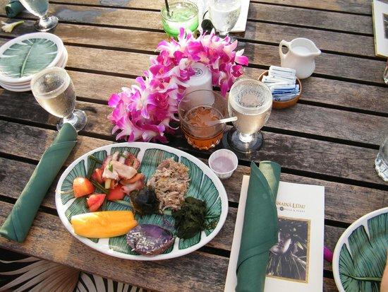Old Lahaina Luau: Te reciben cn collar de flores, aquí mi plato antes de cenar