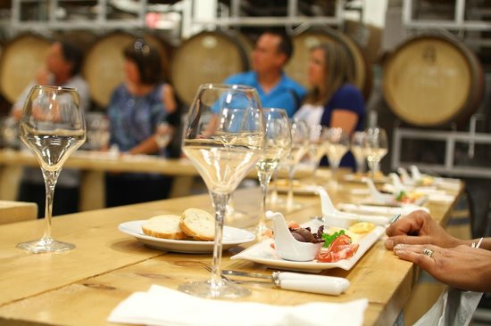 Niagara Vintage Wine Tours: Food pairing at a winery