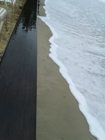 Pousada Casa na Praia: A maré subiu tanto que nem era possível andar na areia.