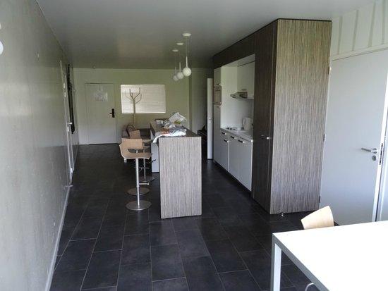 Olivarius Apart'hotel Cergy: bar cuisine avec lave vaisselle , micro ondes et vaisselle