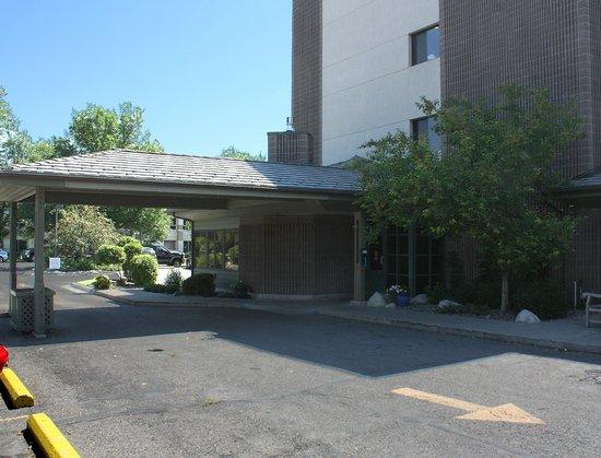 Riversage Billings Inn: Covered Entrance