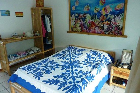 Pension de la Plage Tahiti : Bett, im Hintergrund offener Schrank (der einzige Schrank)