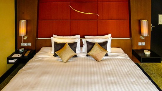 Banyan Tree Bangkok: Luxurious bed in our Club Room, very enjoyable