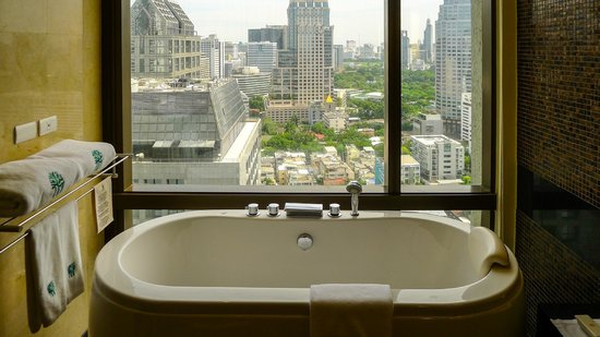 Banyan Tree Bangkok: Bathtub with a view over Sathorn Road in our Club Room