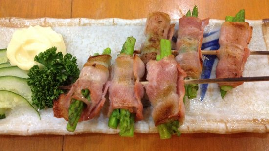 Niji Japanese Restaurant: Bacon wrapped asparagus! Yummy!