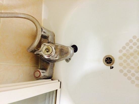 Hallmark Hotel Bournemouth West Cliff: faulty taps and dirty bath