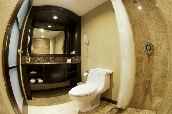 Woodbine Hotel & Suites: BATHROOM
