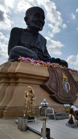 Huay Mongkol Temple: Big statue of long por tut