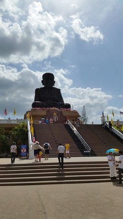 Huay Mongkol Temple: Far image of long por tut