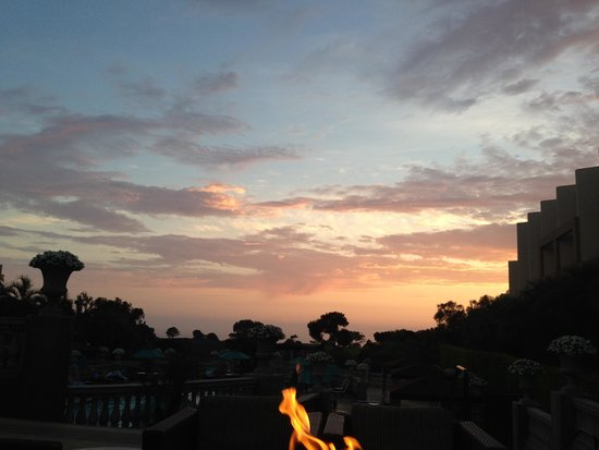 Hilton La Jolla Torrey Pines: sunset by the fire pit