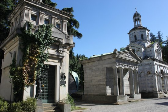 Monumental Cemetery: the city of the dead