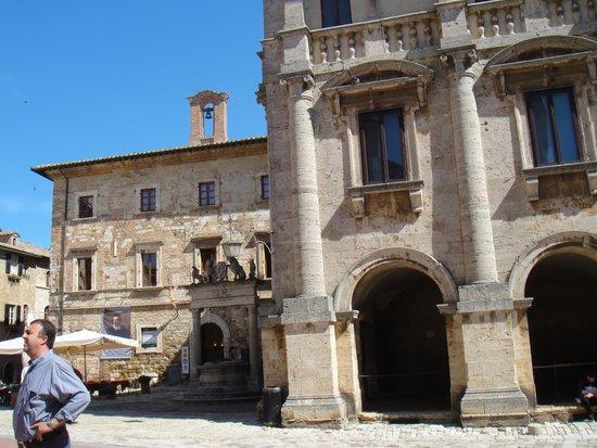 Piazza Grande a Montepulciano: Poço do Grifi e do Leone