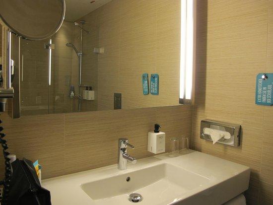 Scandic Hamburg Emporio: Badezimmer mit großer Dusche
