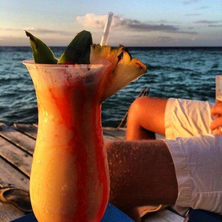 Coco Plum Island Resort: sunset drinks