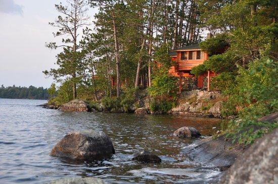 Burntside Lodge: Cabin overlooking the shore