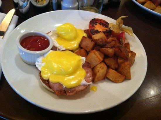 Victoria Marriott Inner Harbour: Delicious eggs benedict for breakfast