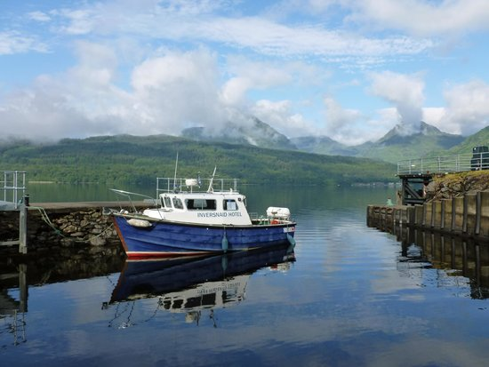Inversnaid Hotel : Hotel's small ferry at their own jetty