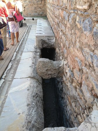 Public Latrine: Sistema hidráulico das latrinas