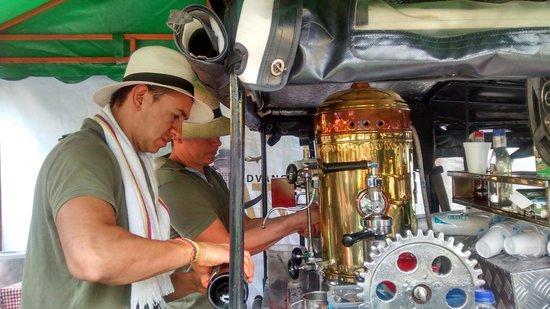 Mercado de las Pulgas de Usaquén: Preparando um café delicioso