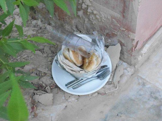 Miramar Resort Taba Heights : Вот пример уборки номера-посуда на земле стояла 7 дней.