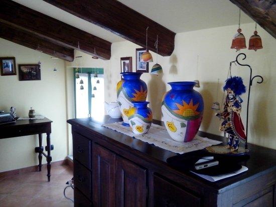 Il Ghiro : Salon con ceramicas decorativas