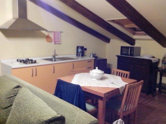 Il Ghiro: Cocina, mesa y refrigerador