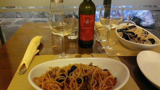 Trattoria La Ghiotteria: спагетти с анчоусами,оливками и каперсами и спаггети алла сколье