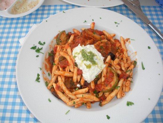 Avocado Restaurant: Στριφτάρια με σάλτσα λαχανικών και μους φέτας
