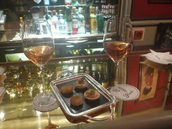 Le Gavroche: wine and nibbles at the bar