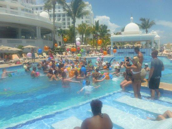 Hotel Riu Palace Las Americas: Activity pool - water balloon fight.