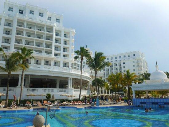 Hotel Riu Palace Las Americas: Pool view of hotel.