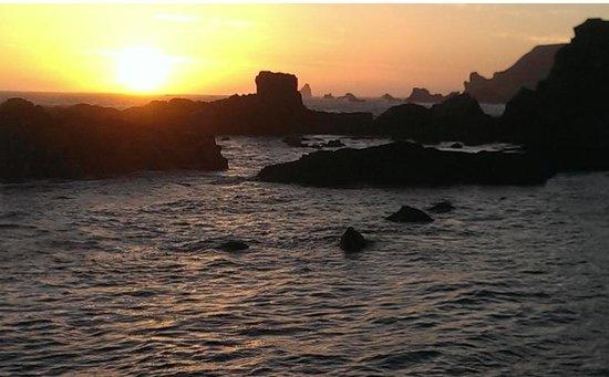 Spindrift Motor Inn: Sunset at Rocky Shore