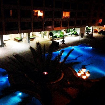 Kn Columbus Aparthotel: Night view