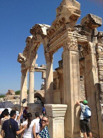 Temple of Hadrian: templo