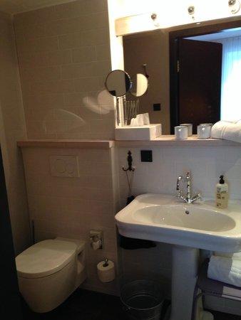 25hours Hotel beim MuseumsQuartier: Banheiro do apartamento
